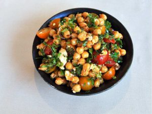 nutrition expert Andrea Holwegner suggests salads with chickpeas in a vegetarian diet