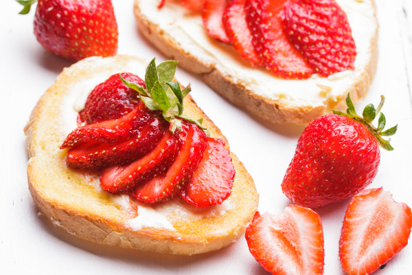 sliced strawberries on thin bagette rounds topped with mascarpone cheese